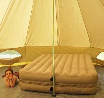 Большой бежевый матрас для огромной палатки-шатра