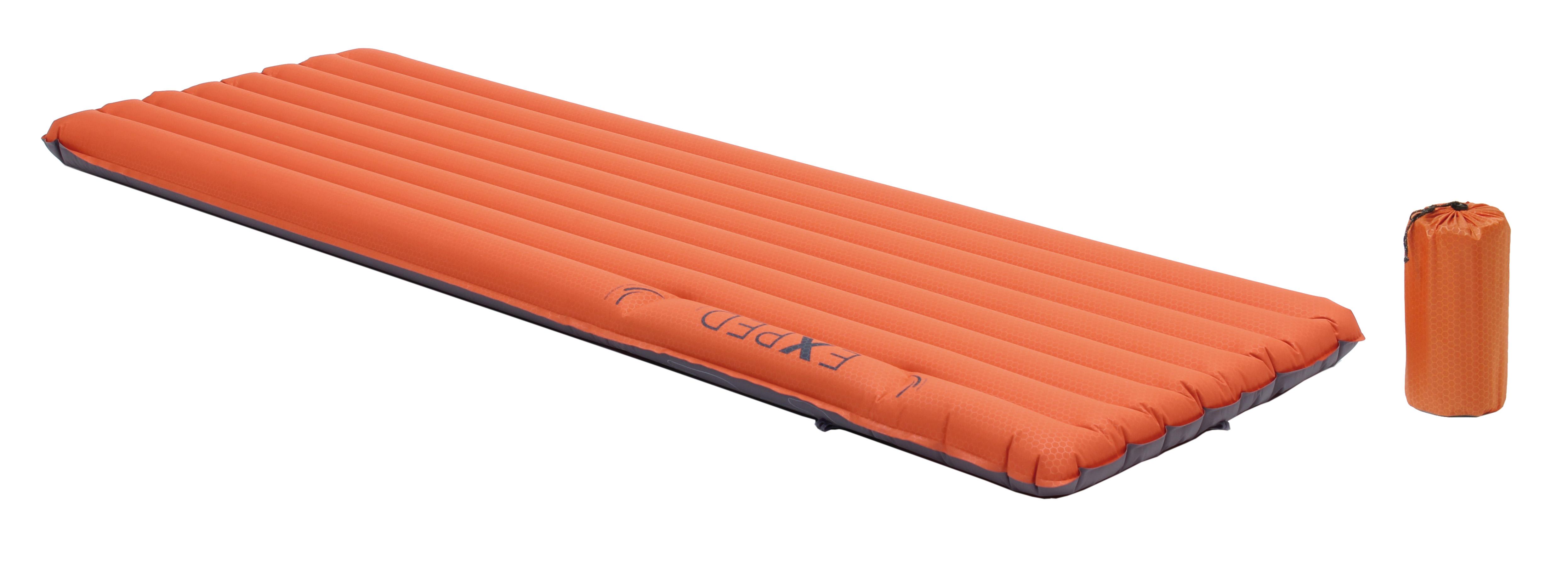 Надувной матрас оранжевого цвета для выезда на природу