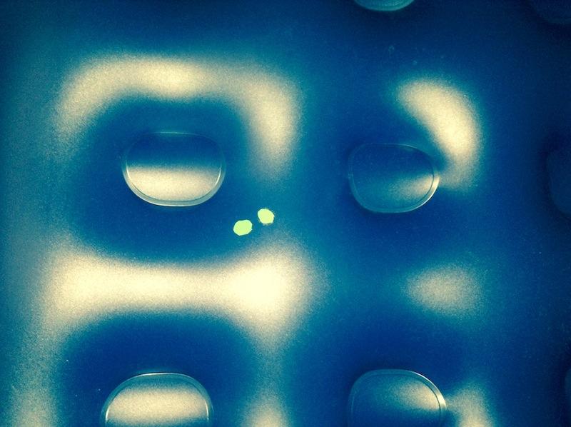 Починка синего матраса клеем