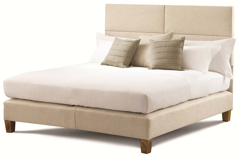 Белая кровать с подушками и матрасом