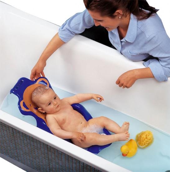 Мама купает младенца в ванной