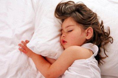 Спящая в кровати девочка