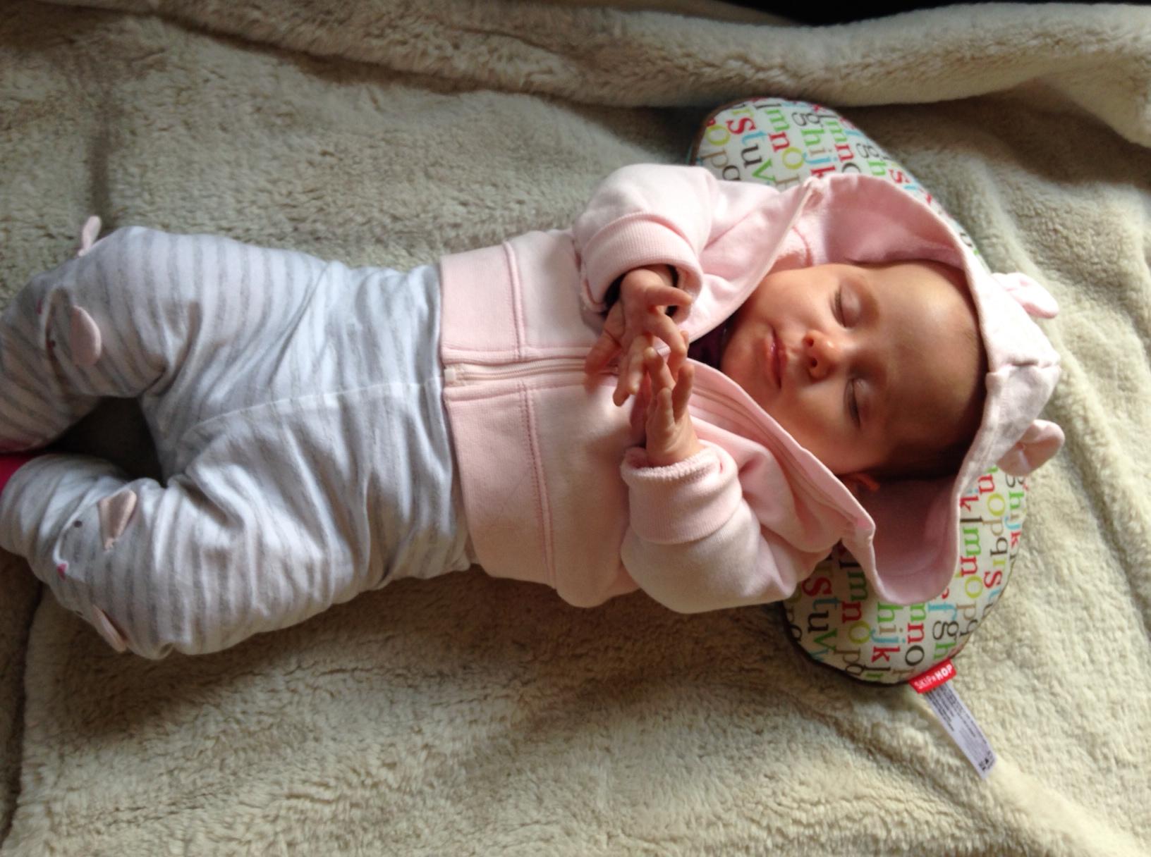 Спящий младенец в розовой кофточке