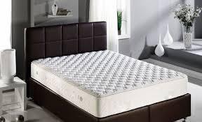 Коричневая кровать с белым матрасом