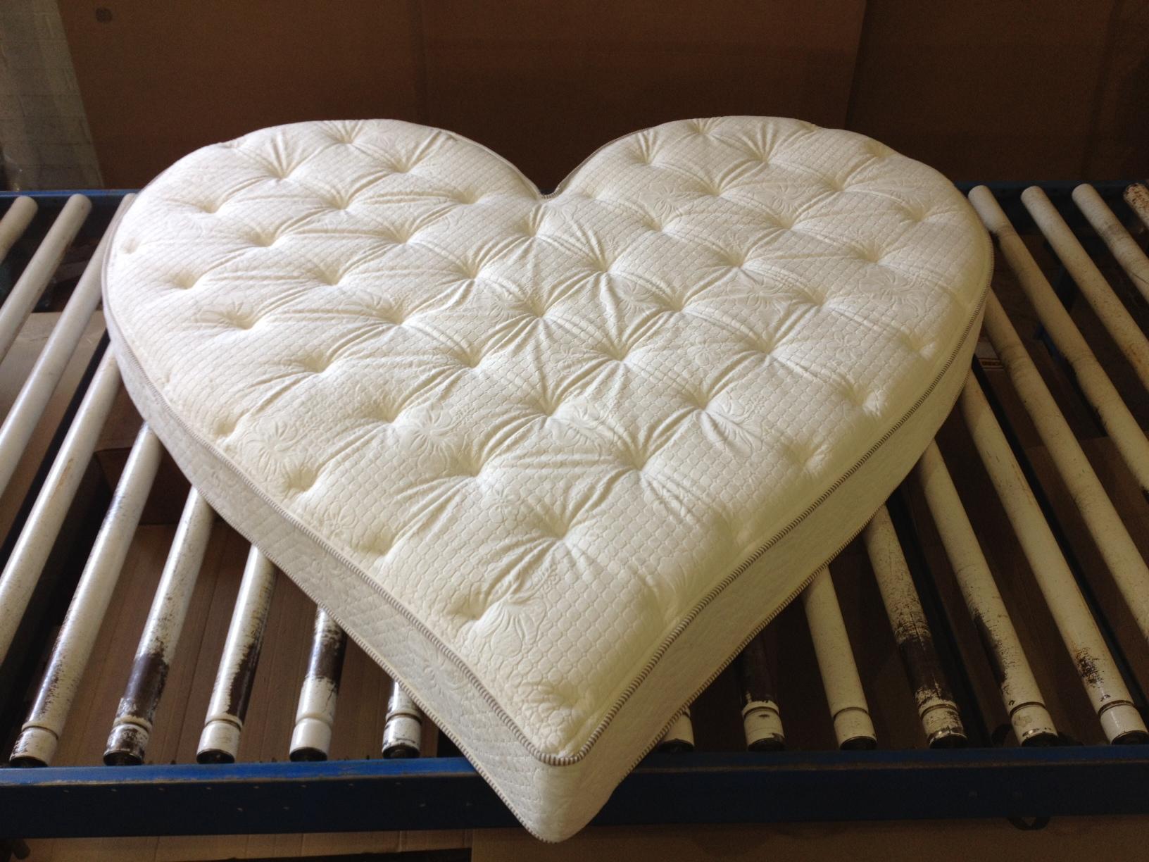 Белый матрас в форме сердца