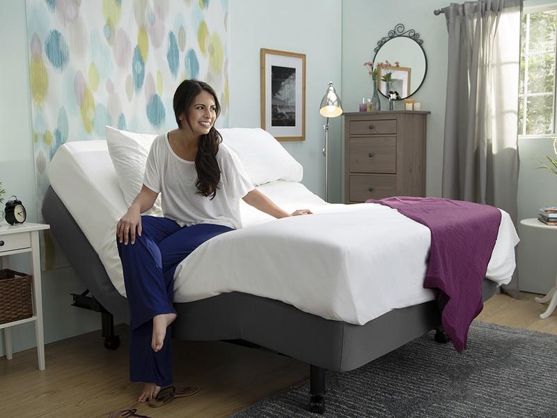 Девушка сидит на кровати анатомической формы