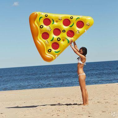 Девушка играет с пляжным лежаком возле моря