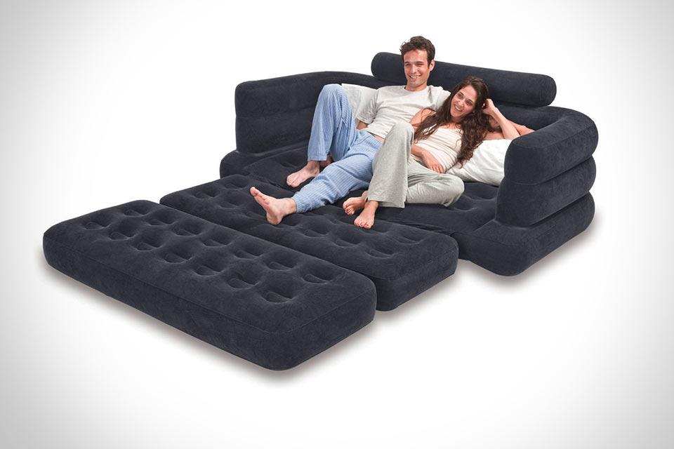 Семья лежит на черном диване