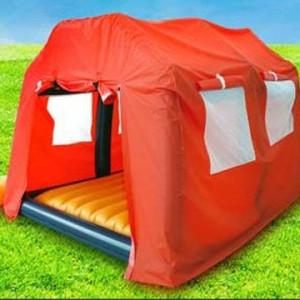 Матрас в большой палатке на природе