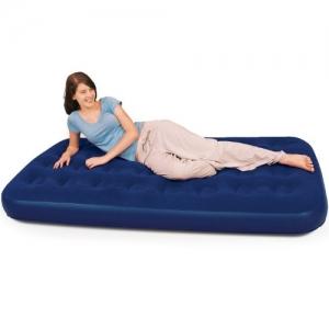 Девушка лежит на синем надувном полуторном матрасе