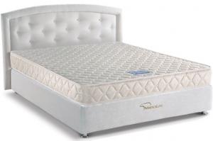Белая кровать с ортопедическим матрасом