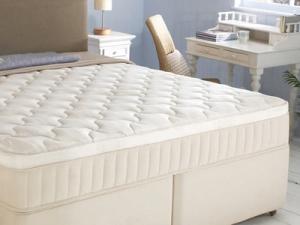 Белый матрас на кровати