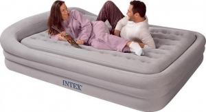 Семья на сером надувном матрасе-кровати