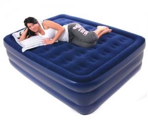 Девушка отдыхает на синем надувном матрасе