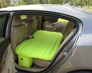 Зеленый надувной матрас для заднего сиденья в машине