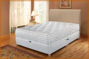 Деревянная кровать в бежевой комнате