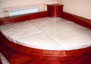 Угловая кровать полукруглой формы