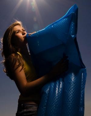 Девушка лежит на надувном матрасе