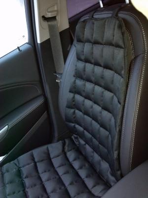 Автомобиль с черным ортопедическим матрасом на сидении