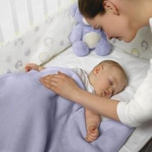 Мать укладывает спать младенца